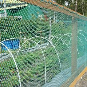 забор из сетки на даче варианты