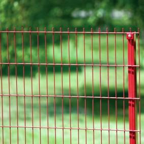 забор из сетки на даче варианты фото