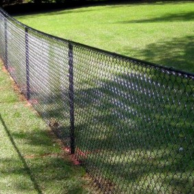 забор из сетки на даче варианты идеи