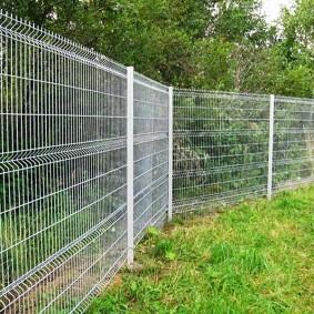 забор из сетки на даче фото видов
