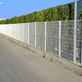 забор из сетки на даче обзор