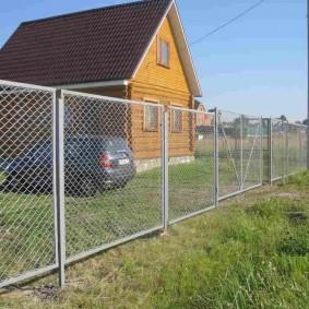 забор из сетки на даче виды декора