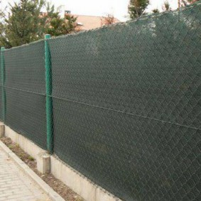 забор из сетки на даче непрозрачный