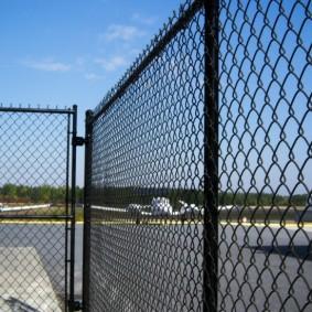 забор из сетки на даче дизайн