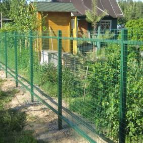 забор из сетки на даче фото дизайн