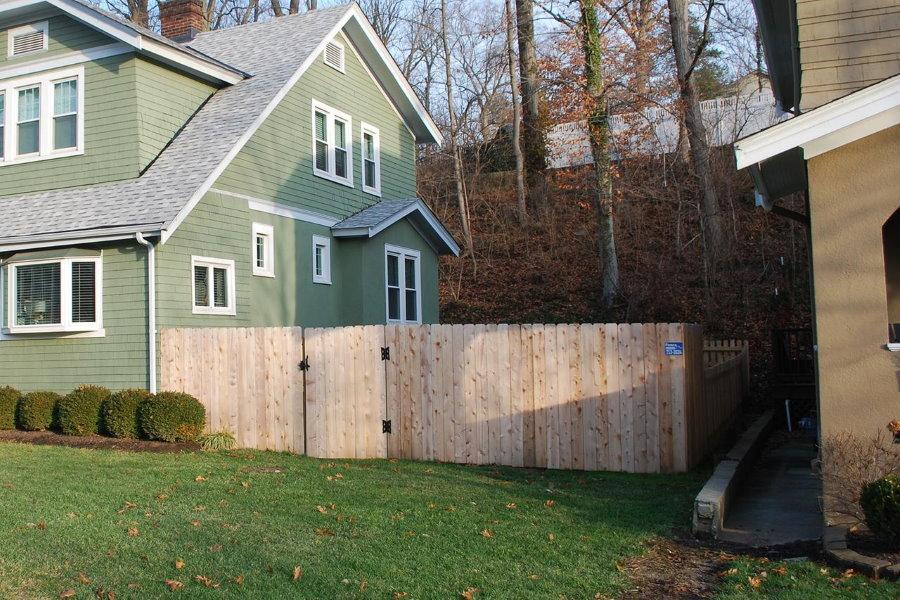 Деревянный забор между соседними домами