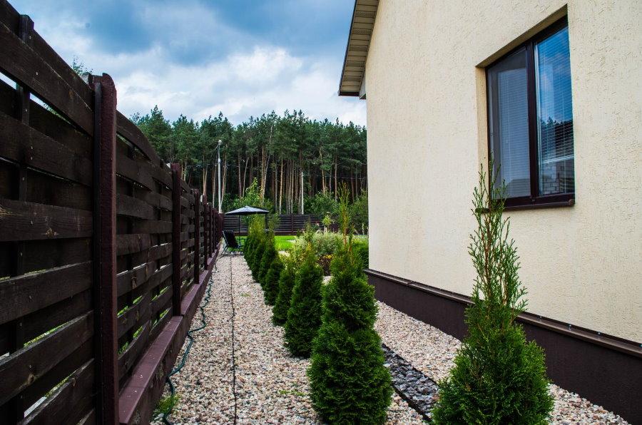 Расстояние от деревянного забора до стены дома