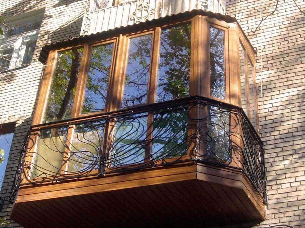 Деревянное остекление балкона в квартире кирпичного дома