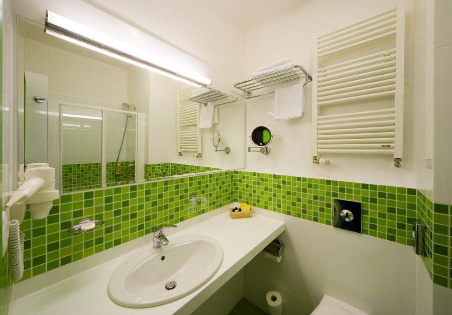Бело-зеленый интерьер ванной комнаты