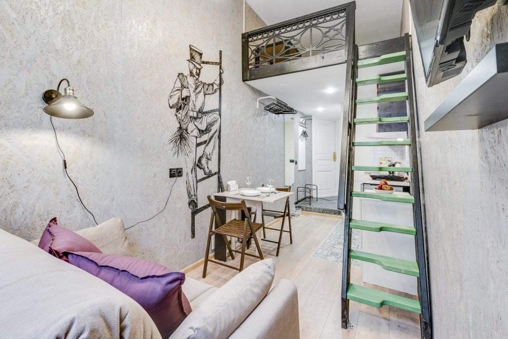 Зеленые ступеньки на маршевой лестнице