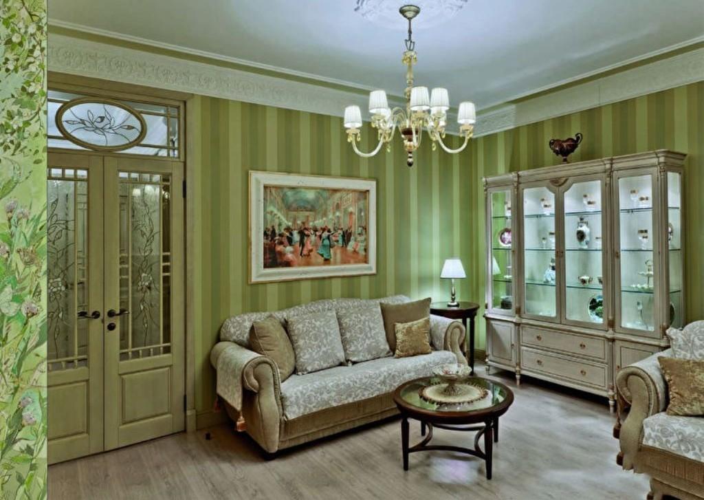 Зеленые обои в классической гостиной