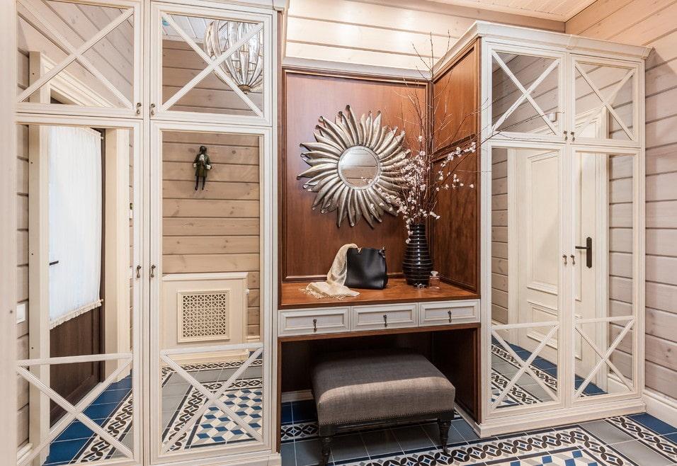 Зеркальные шкафы в коридоре стиля прованс