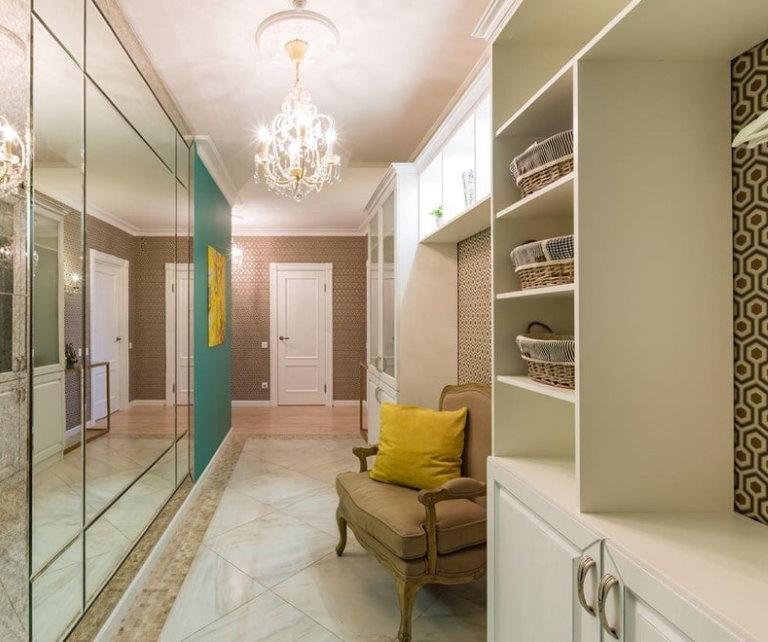 Зеркальная стена в интерьере коридора