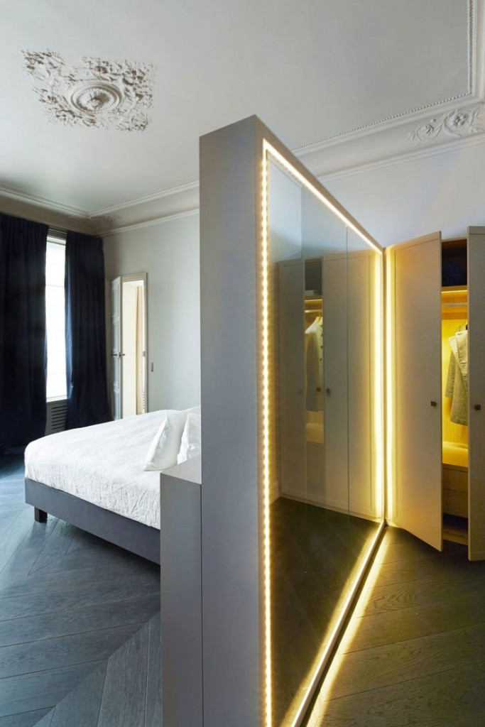 Зеркальная перегородка с подсветкой в интерьере спальни