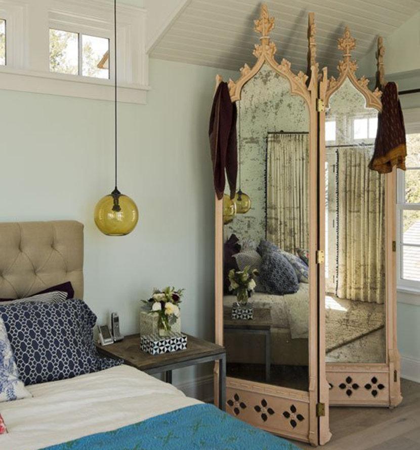 Зеркальные створки складной ширмы с деревянным каркасом