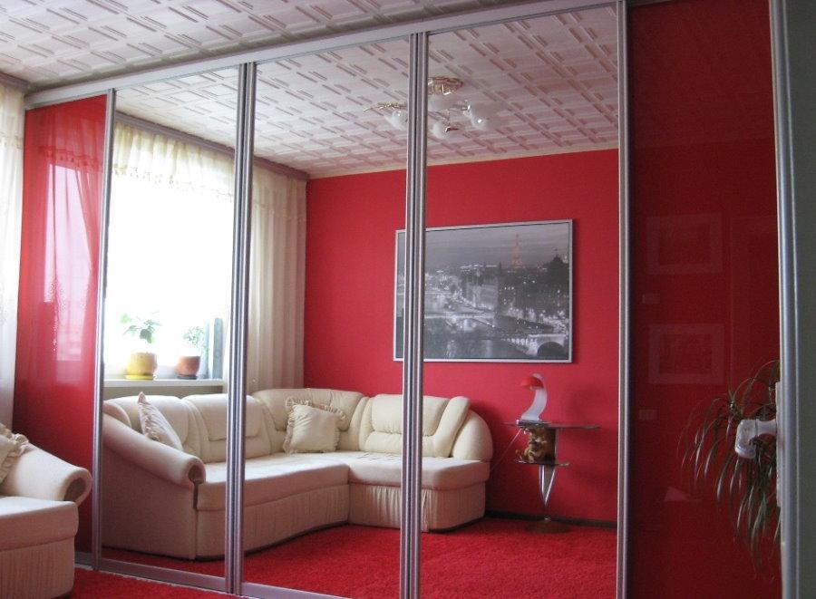 Зеркальный шкаф в красной гостиной