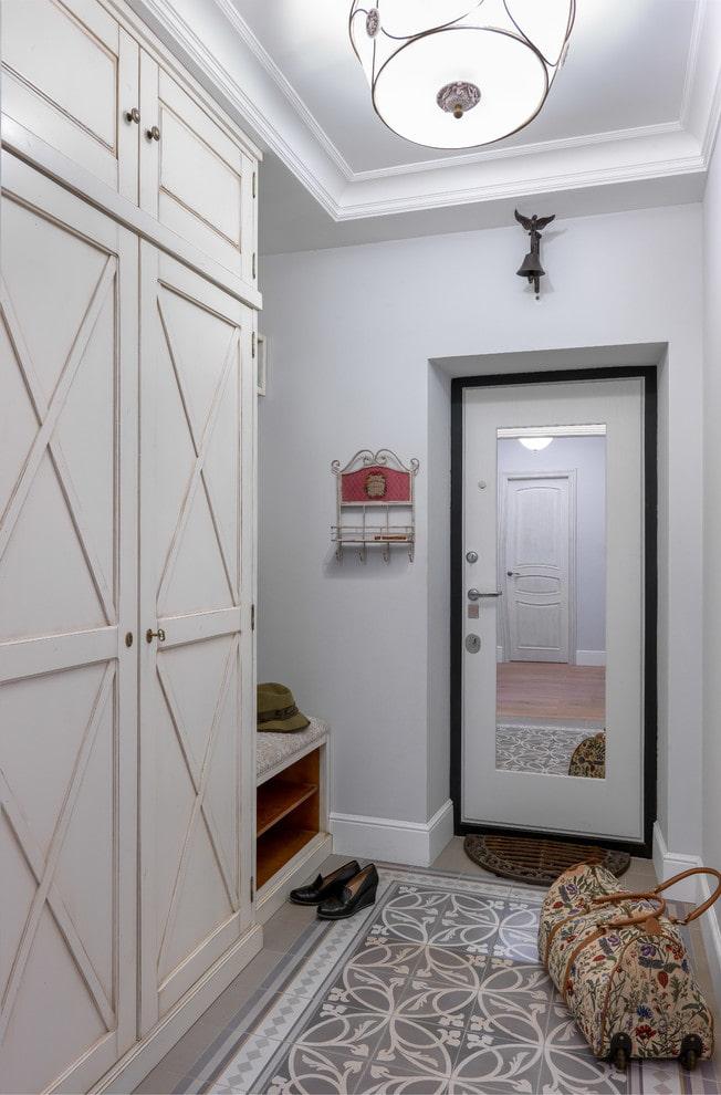 Зеркало на входной двери в коридоре частного дома