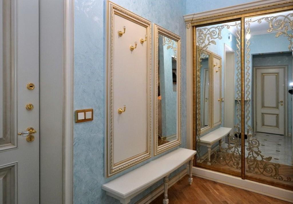 Зеркальный шкаф-купе в маленьком коридоре