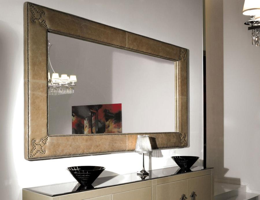 Прямоугольное зеркало в маленькой прихожей
