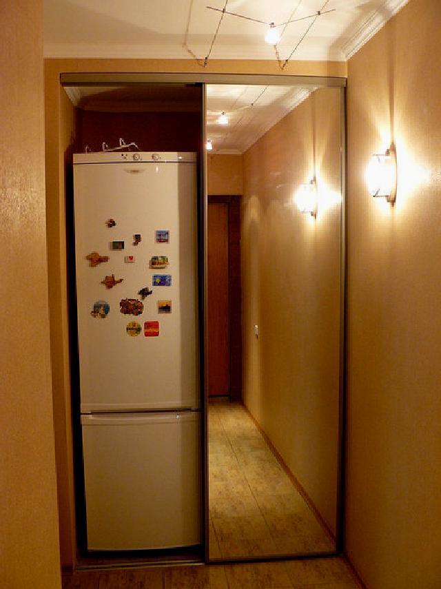 Зеркальный шкаф около узкого холодильника