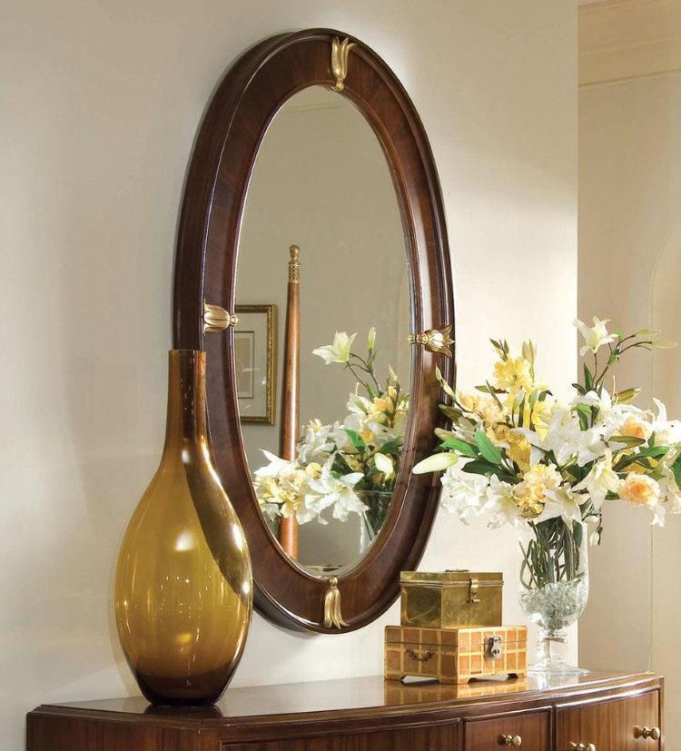 Овальное зеркало в деревянной раме