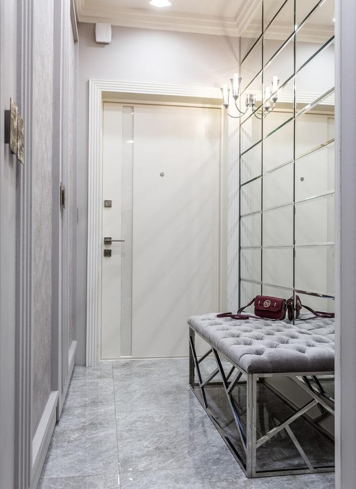 Зеркальное панно в интерьере коридора