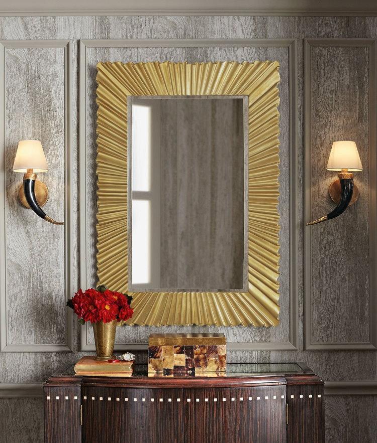 Зеркало в золотистой раме над комодом в коридоре