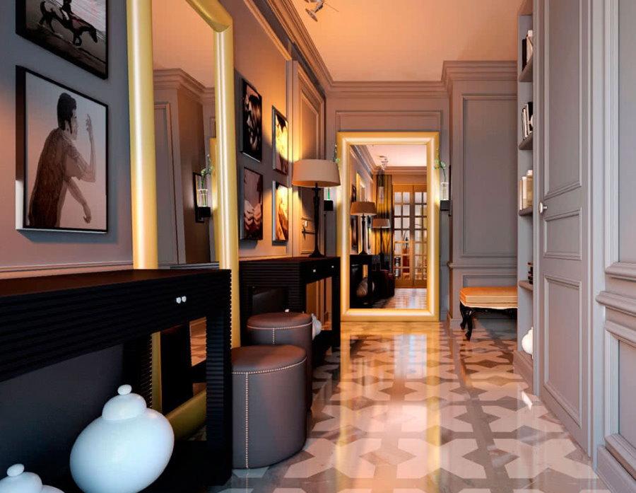 Большие зеркала на полу узкого коридора