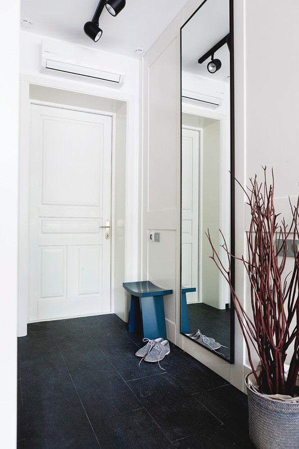 Узкое зеркало в полный рост в коридоре квартиры