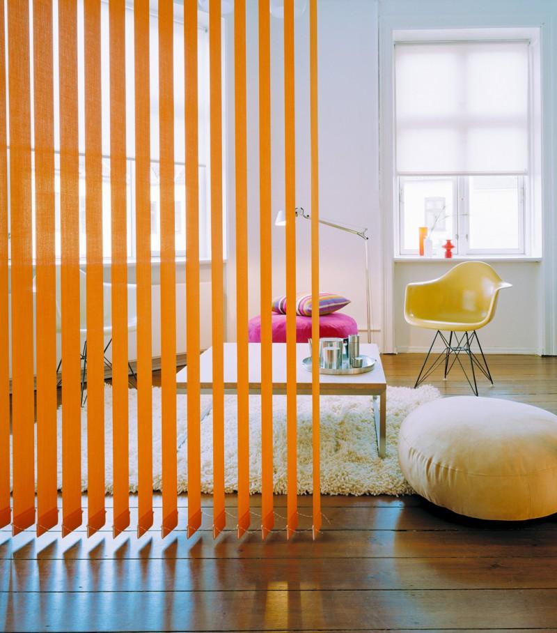 Оранжевые жалюзи в роли декоративной перегородки