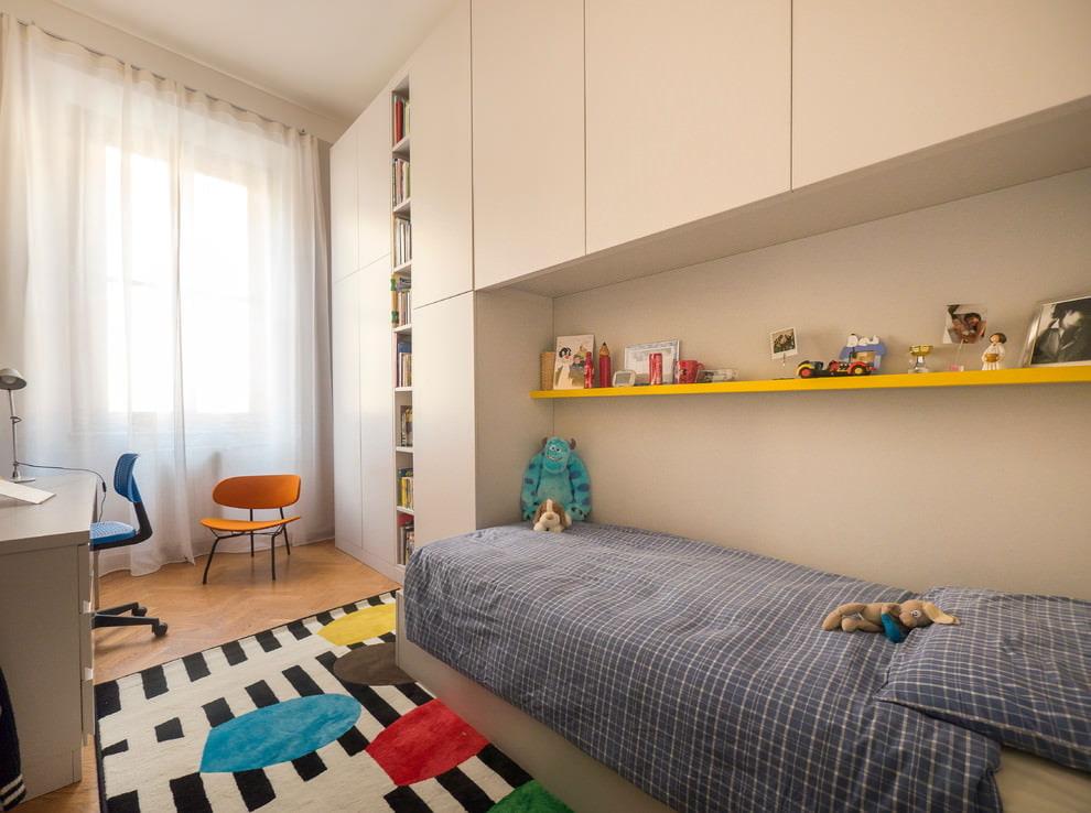 Желтая полочка над детской кроватью серого цвета