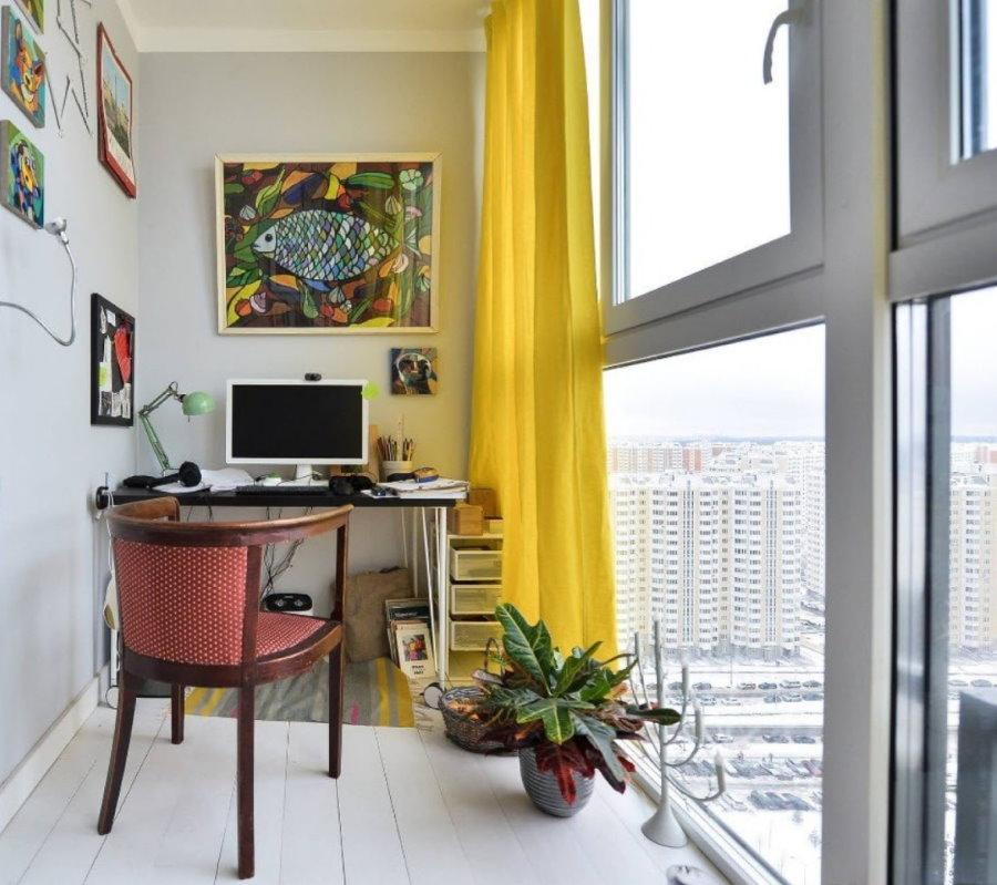 Желтая штора на большом окне балкона