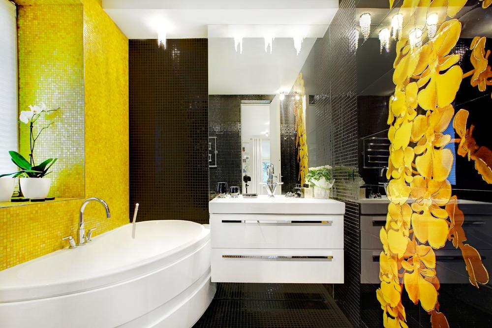 Желтая плитка в ванной комнате небольшой площади