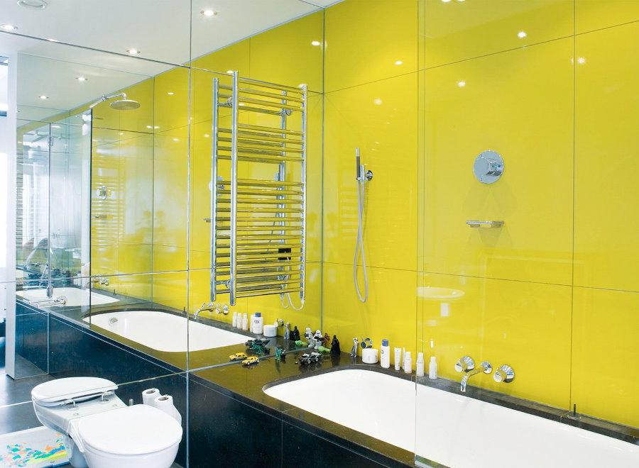Желтая плитка на стене совмещенной ванной