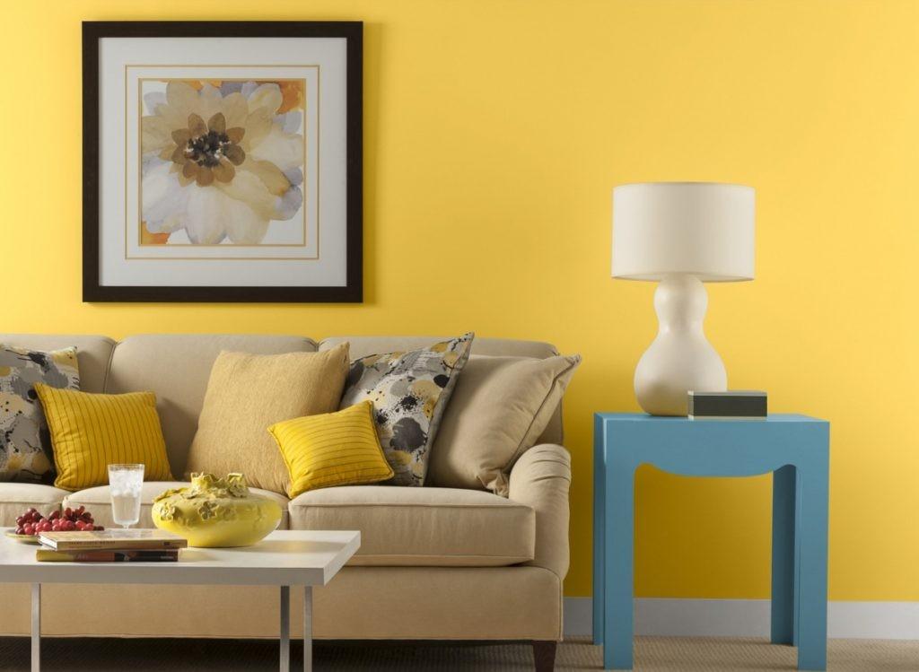 Диван в гостиной с желтыми обоями