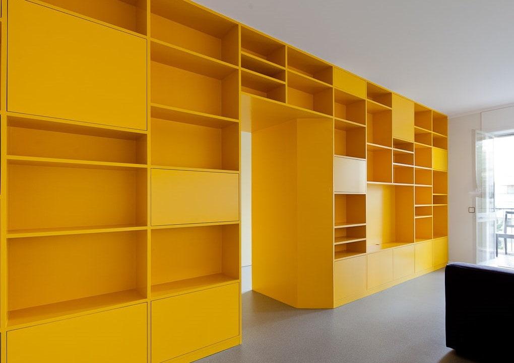 Желтый шкаф-перегородка из листового материала