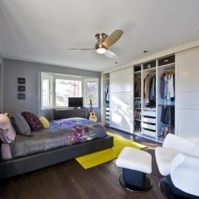 шкаф купе в современной спальне