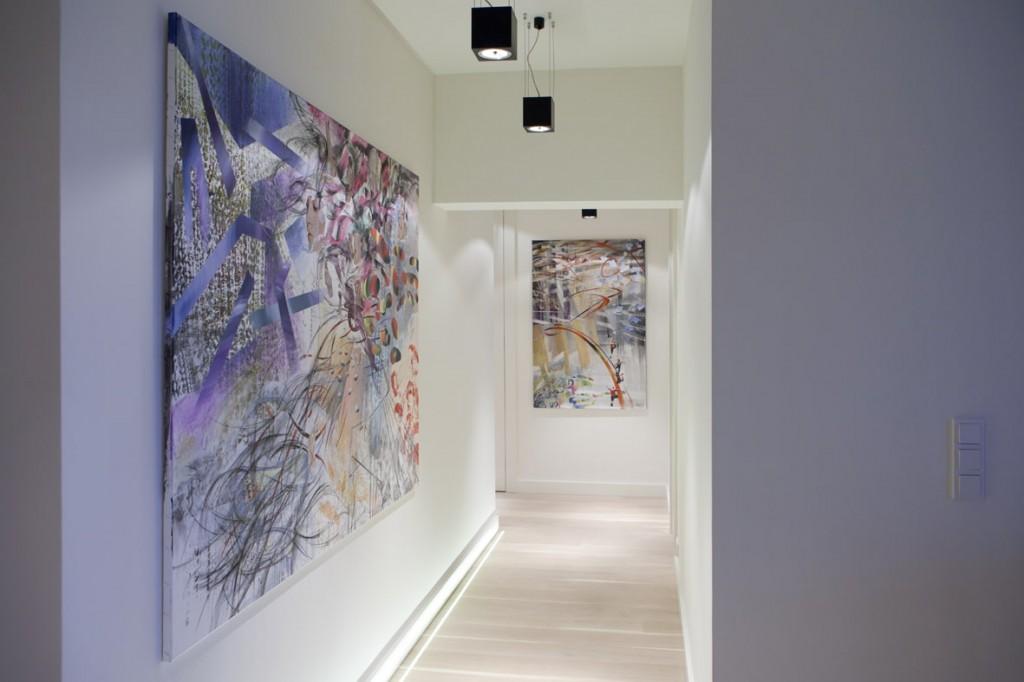 Абстрактная живопись в коридоре с белыми стенами