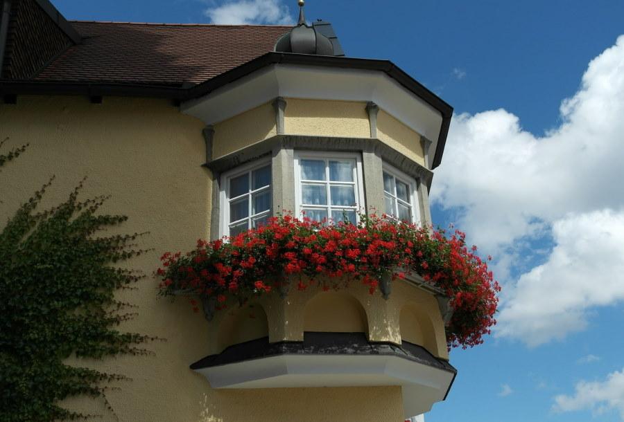 Декор балкона двухэтажного дома
