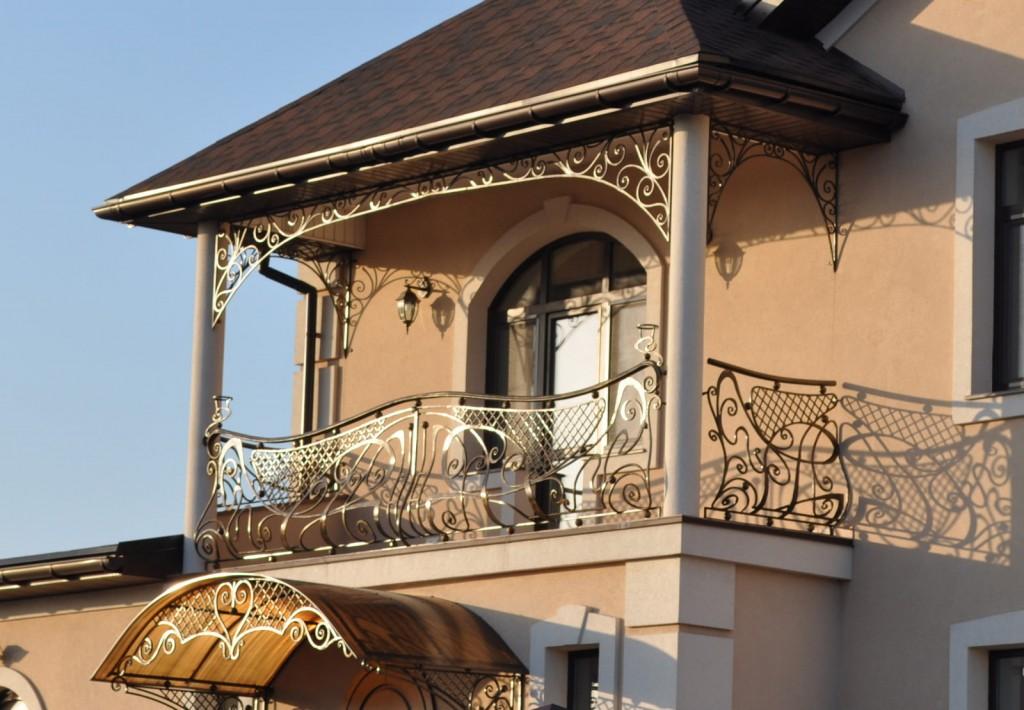 Кованный балкон на втором этаже частного дома