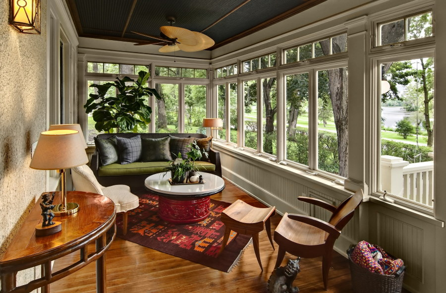 Мягкая мебель на балконе частного дома