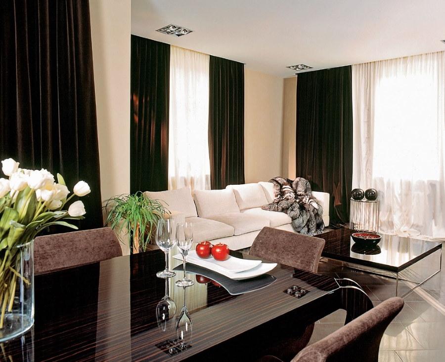 Бархатные шторы в интерьере гостиной комнаты
