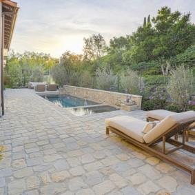 бассейн в саду на даче варианты декора