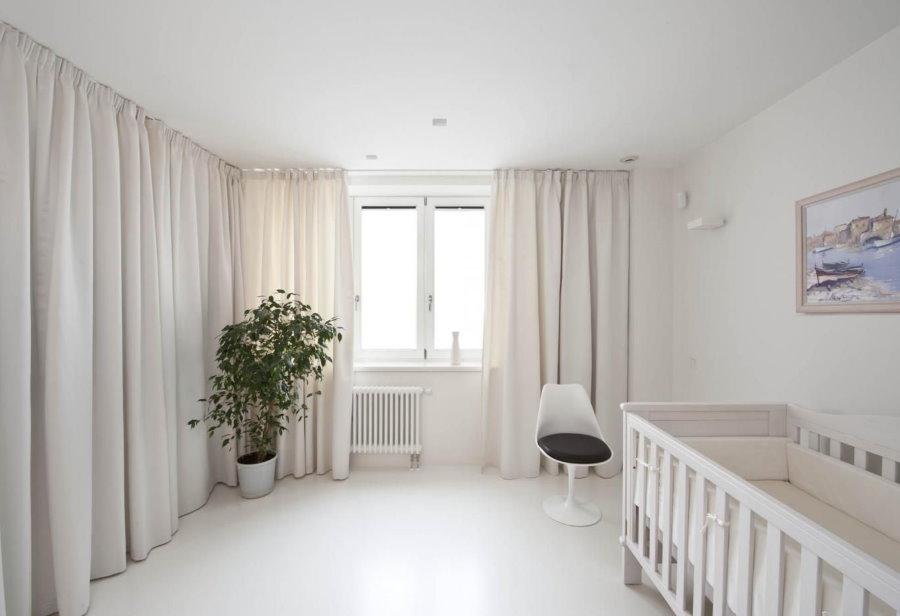 Детская комната с белыми шторами