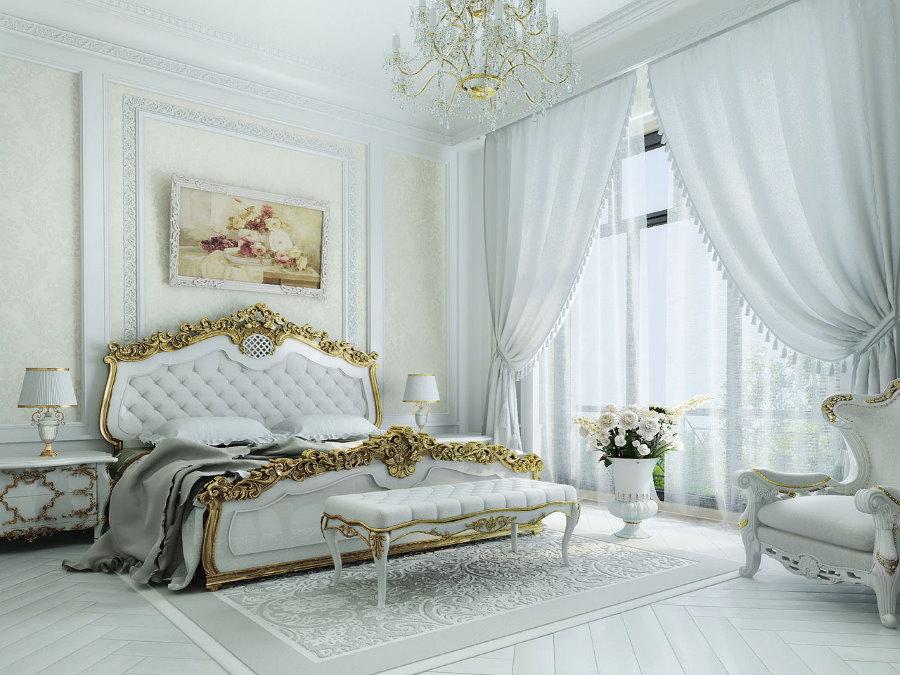 Интерьер классической спальни с белыми шторами