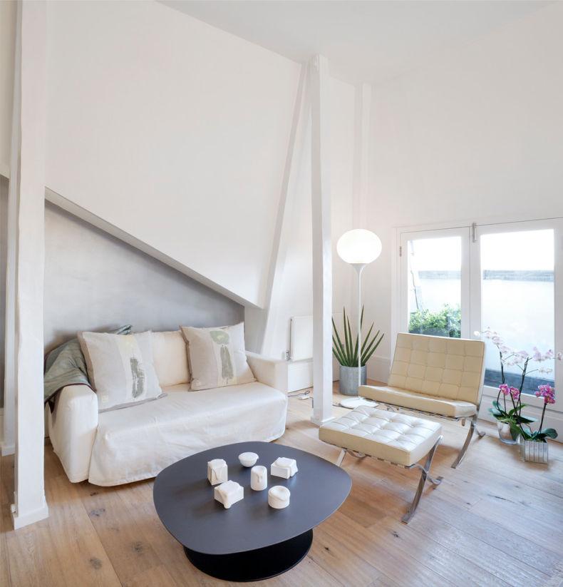 Деревянный пол в белой комнате мансарды