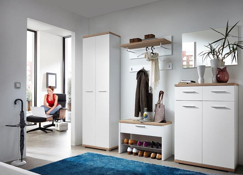 Белая мебель в интерьере коридора