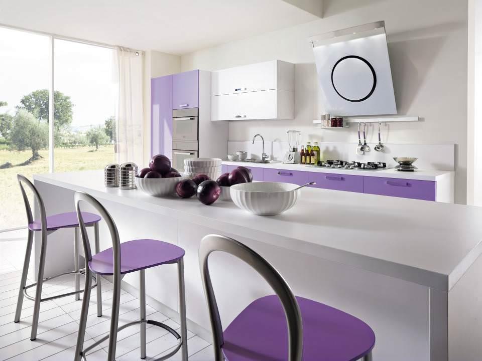 Сиреневые сидения барных стульев в белой кухне