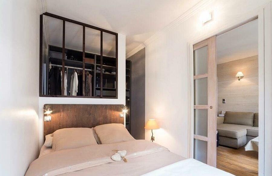 Небольшое окошко в спальне с гардеробом