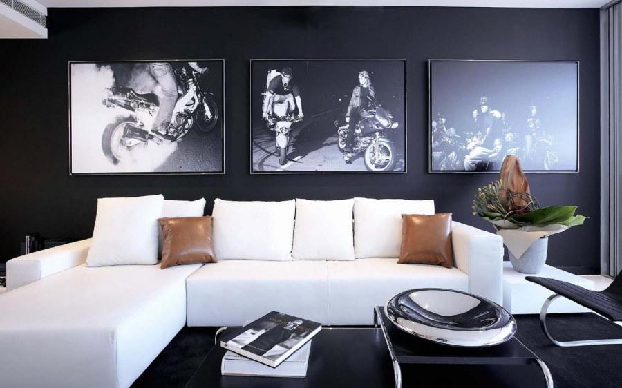 Белый диван в гостиной с черным полом